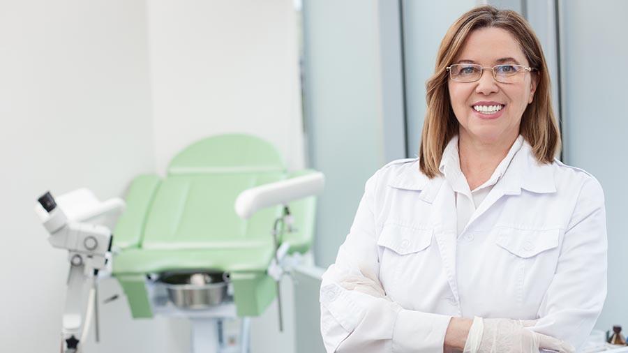 Médico y equipo tecnológico para hacer una colposcopia en Ginetec Barcelona