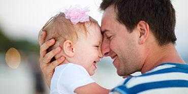 Padre e hijo tras una prueba de paternidad en Ginetec