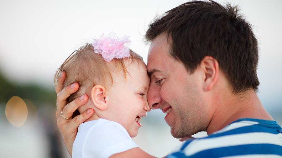 Padre e hijo tras el resultado de la prueba de paternidad